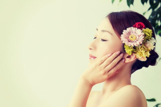 花の髪飾りの女性