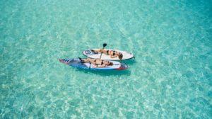 海に浮かぶボートの上の女性2人