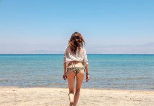 海を前にした女性