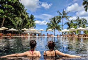 プールに2人の女性
