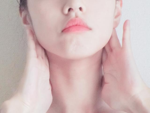 頬に手をやる女性