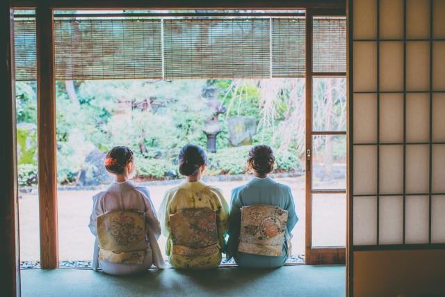 3人の和服を着た女性の後ろ姿