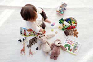 赤ちゃんとおもちゃ