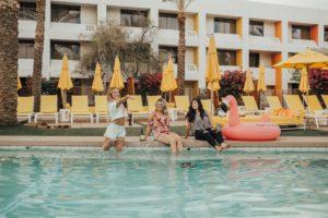 プールに3人の女性