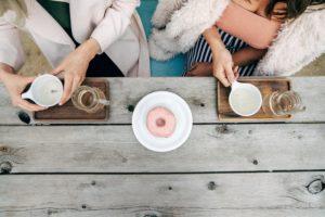 2人の女性とドーナッツ