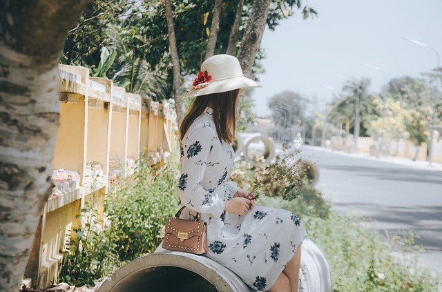 花と白い帽子の女性