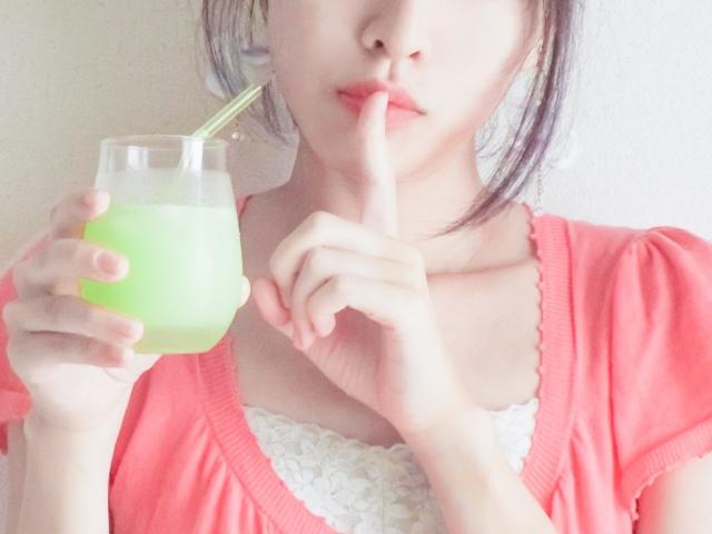 ジュースを手に持つ女性