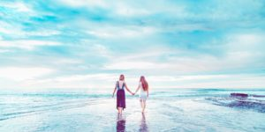 青い空と女性2人