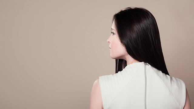 長い黒髪の女性