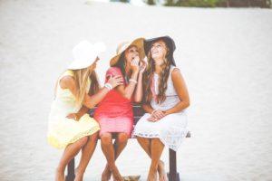 帽子の3人の女性