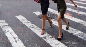 横断歩道を歩く2人の女性