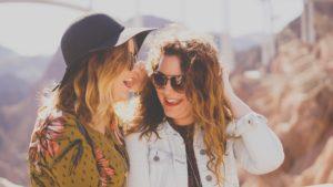 笑う2人の女性