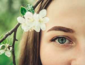花と女性の目