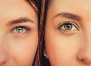 女性2人の大きな目