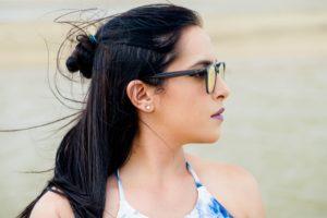 横を向くメガネの女性