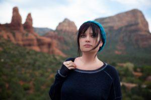 山を背にする女性