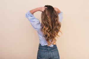 髪の長い金髪の後姿の女性