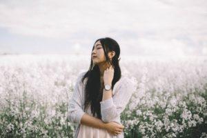 お花畑の女性