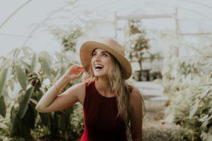 笑う帽子の女性