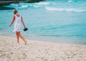 海と後姿の女性