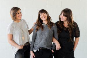笑う3人の女性