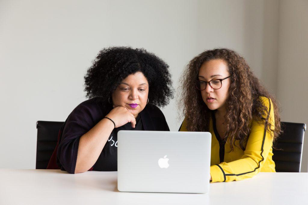 パソコンを見る2人の女性