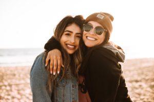 微笑む二人の女性