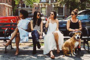 ベンチに座る4人の女性