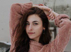 ピンク色のセーターの女性